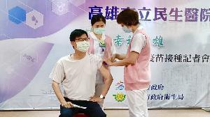 提高免疫力 陳其邁與防疫團隊接種COVID-19疫苗