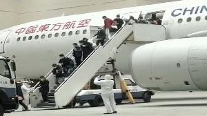 武漢首批台商專機返台 激動急向家人報平安