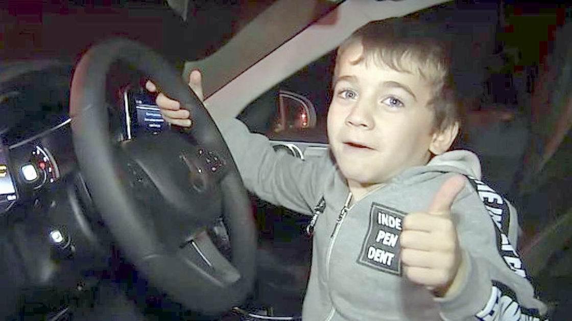 迷你「阿諾」練就六塊肌 車臣總統送賓士車鼓勵