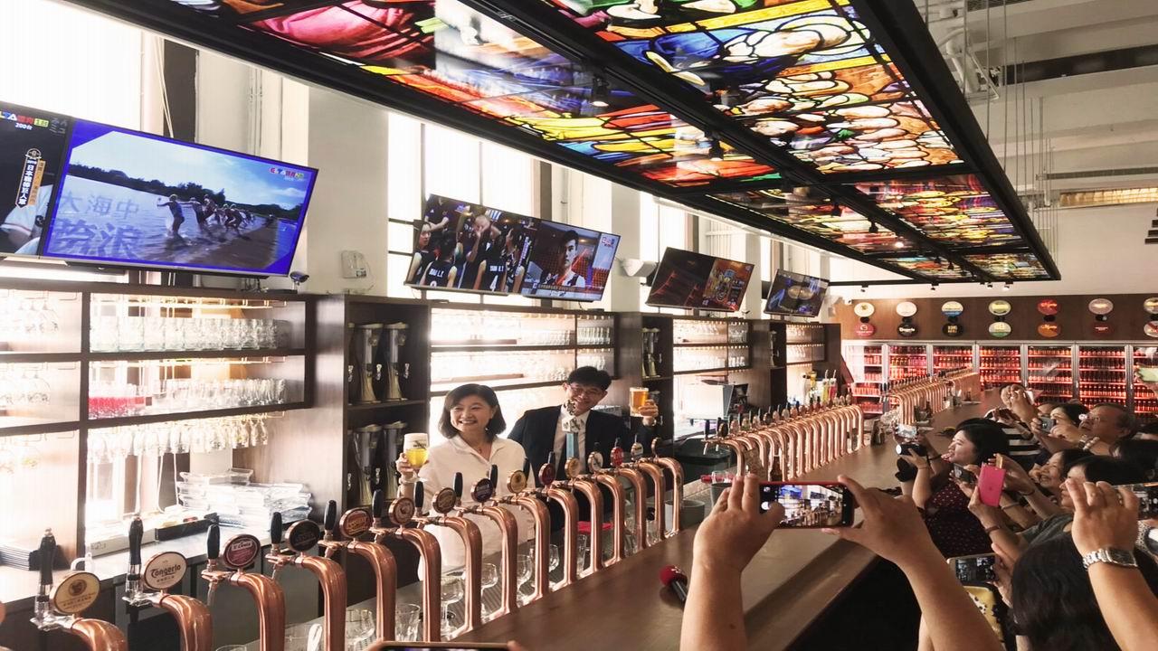 全台最壯觀 駁二細酌牛飲開幕68支啤酒柱一列排開