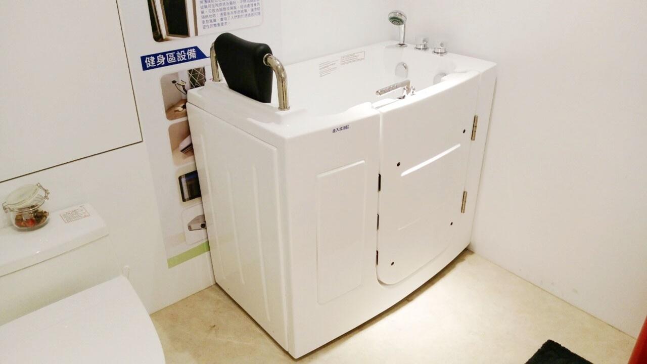「走入式浴缸」 提供高齡長輩安全泡澡空間