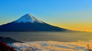 富士山下雪 泡湯聖地紛推優惠搶客